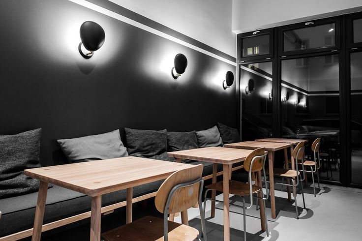 A luminária Cobra para paredes, no restaurante polonês Kontrast.